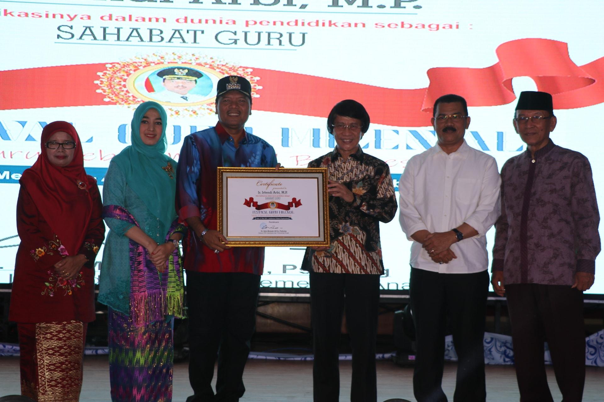 Festival Guru Milenial, Irfendi Arbi beserta Istri Diganjar Penghargaan