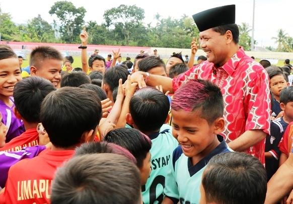 Bupati Irfendi Arbi Serahkan Beasiswa Bagi Ratusan Anak